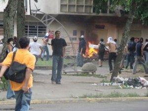 Situación de Violencia en la UCV en la que Manifestantes Opositores acorralaron a Estudiantes Oficialistas en la Escuela de Trabajo Social